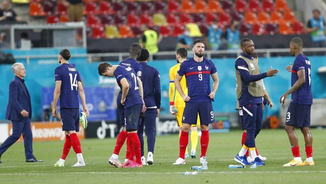 Reaksi kecewa para pemain Prancis usai melawan Swiss pada pertandingan babak 16 besar Euro 2020 di Stadion National Arena, Bucharest, Rumania, Selasa (29/6/2021). Swiss menyingkirkan Prancis usai menang 5-4 (3-3). (Robert Ghement/Pool via AP)