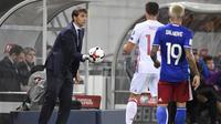 Pelatih Spanyol, Julen Lopetegui memberikan bola kepada Nacho saat timnya melawanLiechtenstein pada laga grup G kualfikasi Piala DUnia 2018 di Rheinpark Stadion, Vaduz, (5/9/2017). Spanyol menang 8-0. (Gian Ehrenzeller/Keystone via AP)