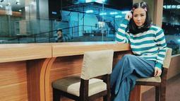 Gaya Astrid dengan kaus motif garis horizontal serta celana denim ini pun membuatnya terlihat bak ABG. Bahkan, pada foto ini, Astrid juga terlihat menggunakan penjepit rambut yang membuat penampilannya terlihat awet muda. (Liputan6.com/IG/@astridbasjar)