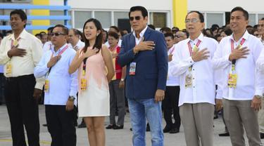 Wali Kota Tanuan Antonio Halili (ketiga dari kanan), tampak mengikuti upacara bendera beberapa menit sebelum dia ditembak mati di luar balai kota di Provinsi Batangas, selatan Manila, Senin, 2 Juli 2018 (AP)