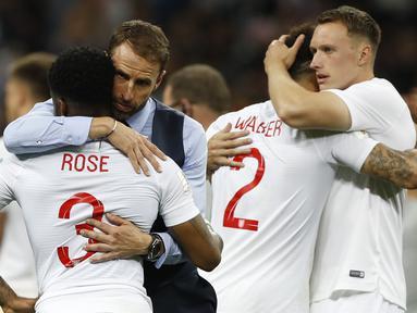 Pelatih Inggris, Gareth Southgate, menghibur pemainnya usai dikalahkan Kroasia pada laga semifinal Piala Dunia di Stadion Luzhniki, Moskow, Rabu (11/7/2018). Inggris kalah 1-2 dari Kroasia. (AP/Francisco Sego)