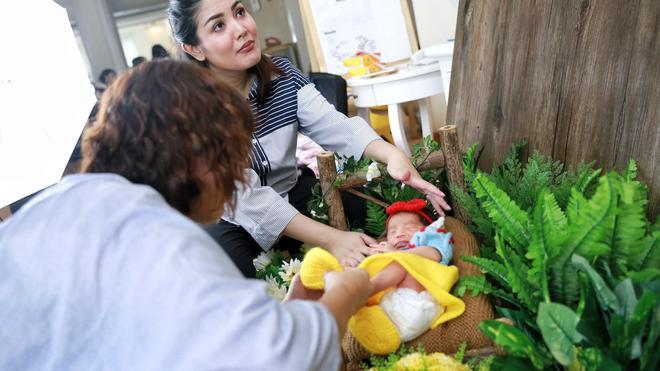 Nindy Ayunda Menggelar Sesi Pemotretan Lucu Lucuan Untuk Anak Keduyang Baru Lahir Foto Adrian Putra Bintang