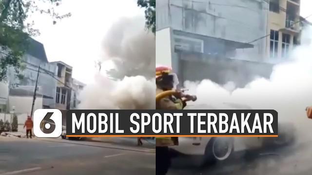 Hendak melakukan test drive, mobil sport ini justru terbakar. Tim pemadam kebakaran berhasil menghentikan kobaran api.