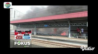 Kebakaran permukiman di Kampung Bandan, Pademangan, Jakarta Utara, membuat perjalanan kereta api Commuter Line di Stasiun Kampung Bandan terganggu.