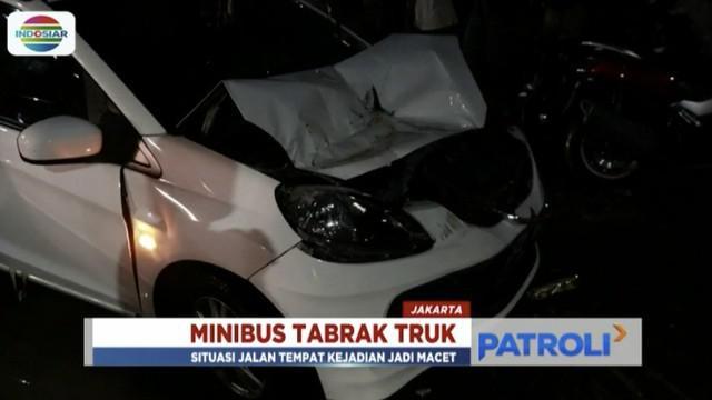Wanita yang mengemudi minibus tidak mengalami luka meski terlihat shock.