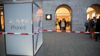 Saat itu pihak kemanan sedang memindahkan uang hasil penjualan iPhone 6 hari pertama ke dalam mobil van khusus.
