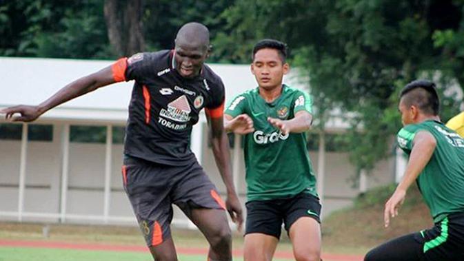 Karl Max Bathelemy (kiri) saat melakoni uji coba menghadapi Timnas Indonesia U-23 beberapa waktu lalu. (Bola.com/Arya Sikumbang)
