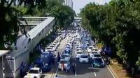 Ribuan pengemudi angkutan umum turun ke jalan menuntut angkutan berbasis aplikasi online ditutup.