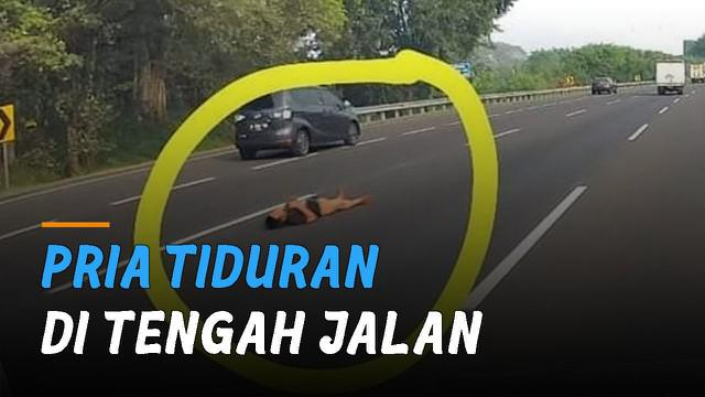 Beredar video seorang pria tiduran di tengah Jalan Tol Jagorawi viral di media sosial.