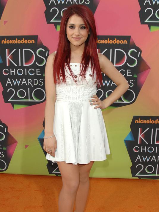 Ariana Grande mulai dikenal kala membintangi salah satu sitkom tv Nickelodeon, Victorious. Disini Grande terpilih memerankan Cat Valentine yang memiliki rambut merah. (sumber: kapanlagi/AFP)