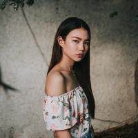 ilustrasi perempuan serius/Photo by jim flores on Unsplash