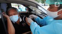 Paramedis menyuntikkan vaksin COVID-19 kepada lansia saat vaksinasi secara drive-thru di ICE BSD, Tangerang, Banten, Sabtu (13/3/2021). Vaksinasi ini diselenggarakan atas kerja sama Pemerintah Kota Tangsel dan perusahaan jasa angkutan online. (merdeka.com/Arie Basuki)