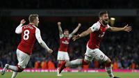 Striker Arsenal, Olivier Giroud, merayakan gol kemenangan yang dicetaknya ke gawang Leicester pada laga Premier League di Stadion Emirates, London, Jumat (11/8/2017). Arsenal menang 4-3 atas Leicester. (AFP/Ian Kington)