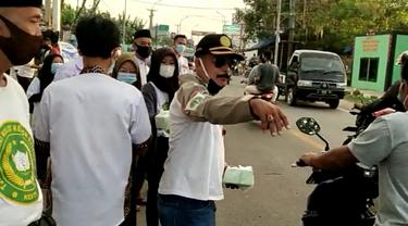 Peguron Kesti TTKKDH Bagibagi Takjil Selama Ramadan. (Rabu, 13/04/2021). (Liputan6.com/Yandhi Deslatama).