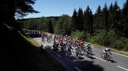Para pebalap berlomba mengayuh sepeda mereka pada etape kelima Tour de France di Colmar, Prancis, Rabu (10/7/2019). Peter Sagan menjuarai etape kelima Tour de France setelah melewati rute sepanjang 175,5 Km dari Saint-Dié-des-Vosges ke Colmar. (AP Photo/Thibault Camus)