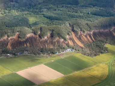 Pemandangan tanah longsor setelah gempa mengguncang Kota Atsuma, Prefektur Hokkaido, Jepang, Kamis (6/9). Gempa Magnitudo 6,6 mengguncang Hokkaido pada Kamis pagi. (Kyodo News via AP)