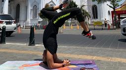 Anjas mengaku dengan yoga badannya menjadi sehat dan segar. Ia pernah menjadi instruktur yoga yang digelar di berbagai kota, salah satunya Semarang.(Liputan6.com/IG/@anjasmara)