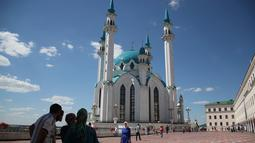 Wisatawan mengunjungi masjid Kul Sharif yang terletak di Kazan, Rusia. Arsitekturnya yang indah menjadikannya sebagai salah satu objek tujuan para pelancong muslim. (AP Photo/Thanassis Stavrakis)