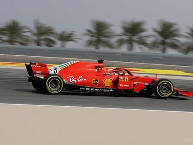 Pembalap Ferrari Sebastian Vettel dari Jerman mengemudikan mobilnya selama latihan bebas pertama di Sirkuit Internasional Bahrain Formula Satu di Sakhir, Bahrain, (6/4). F1 GP Bahrain akan berlangsung pada hari Minggu. (AP Photo/Luca Bruno)
