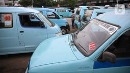 Pengemudi angkutan umum menunggu penumpang di Terminal Kampung Melayu, Jakarta, Kamis (30/4/2020). Menurunnya jumlah angkutan umum yang beroperasi merupakan imbas dari imbauan pemerintah untuk tetap di rumah dan penerapan PSBB sehingga menyebabkan sepinya. (Liputan6.com/Faizal Fanani)