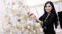 Artis cantik Sandra Dewi selama ini memang jarang terlihat mempublikasikan sang kekasih pujaan hatinya. Namun rupanya sudah sebanyak 3 kali Natal dan tahun baru dilaluinya bersama sang kekasih. (Deki Prayoga/Bintang.com)