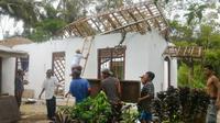 Atap gereja ambruk setelah gempa Tasik terjadi dan getarannya terasa hingga Cilacap. (Liputan6.com/Muhamad Ridlo)