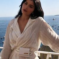 Brand tas pinggang yang dikenakan Kylie Jenner dikenal dengan produk-produk tas mini tapi berharga mahal. (dok. Instagram @kyliejenner/https://www.instagram.com/p/B1COjbtHxKu/Dinny Mutiah)