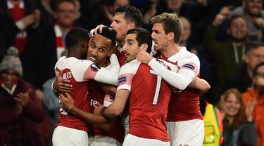 Perayaan gol Aubameyang ke gawang Valencia pada leg 1, semifinal Liga Europa yang berlangsung di Stadion Emirates, London, Jumat (3/5). Arsenal menang 3-1 atas Valencia. (AFP/Glyn Kirk)