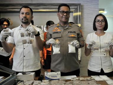 Kabid Humas Polda Metro Jaya Kombes Pol Argo Yuwono (ketiga kanan) menunjukkan barang bukti saat rilis pengungkapan narkotika jenis baru di Mapolda Metro Jaya, Jakarta, Senin (25/2). (Merdeka.com/Iqbal S. Nugroho)