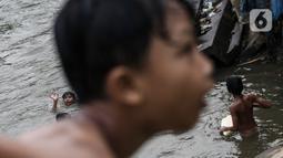 Anak-anak berenang di Sungai Ciliwung, Jakarta, Selasa (24/8/2021). Sungai Ciliwung menjadi tempat alternatif untuk bermain di kala pandemi karena ditutupnya ruang-ruang bermain atau taman kota, dan juga karena kurangnya ruang bermain bagi anak-anak. (Liputan6.com/Johan Tallo)