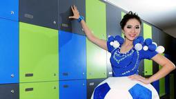 Kostum bola milik Aisha Muchtar berhasil mencuri perhatian bagi yang melihatnya. Foto diambil pada 15 November 2014. (Liputan6.com/Faisal R Syam)