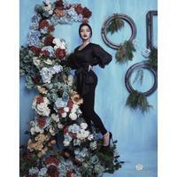 Perpaduan bunga dan kecantikan Ariel Tatum membuat foto ini terlihat begitu indah. Wajar jika banyak wanita yang menjadikan Ariel Tatum sebagai body goalsnya. (Foto: instagram.com/arieltatum)