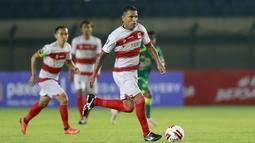 Striker Madura United, Beto Goncalves (kanan) menggiring  bola saat melawan Persebaya Surabaya dalam laga matchday ke-2 Grup C Piala Menpora 2021 di Stadion Si Jalak Harupat, Bandung, Minggu (28/3/2021). Madura United kalah 1-2 dari Persebaya. (Bola.com/M Iqbal Ichsan)