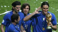 Gelandang Italia, Andrea Pirlo, bersama rekan-rekannya merayakan gelar Piala Dunia usai mengalahkan Prancis pada laga final di Stadion Olympic, Berlin, Minggu (9/72006). Pada turnamen ini Pirlo berhasil mengantar Italia juara.