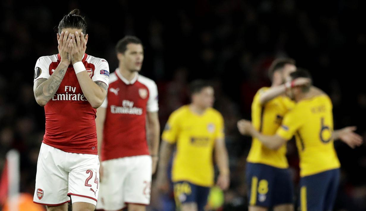 Pemain Arsenal tampak kecewa usai diimbangi Atletico Madrid pada laga semifinal Liga Europa di Stadion Emirates, Kamis (26/4/2018). Arsenal ditahan 1-1 oleh Atletico Madrid. (AP/Matt Dunham)