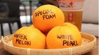Di Malaysia, jeruk mandarin yang ditulis biasanya dilempar oleh wanita lajang ke sungai. Apa maknanya? (dok. Instagram @gongchamy/https://www.instagram.com/p/BuDJbwRDGYE/Esther Novita Inochi)