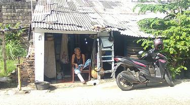 Mulyono berada di bengkel miliknya di Jalan Gas Alam, Kelurahan Curug, Kecamatan Cimanggis, Kota Depok.