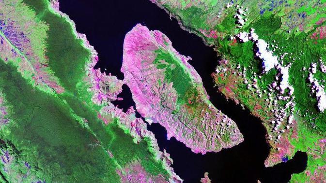 Penampakan Danau Toba yang diambil Satelit Landsat milik NASA (Public Domain)
