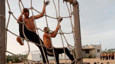Mahasiswa Palestina melewati rintangan selama pelatihan militer di Al-Rebat College for Law and Police Science, Khan Younis, Jalur Gaza, Kamis (24/10/2019). Kampus tersebut didirikan oleh pemerintahan Hamas sejak tahun 2009 . (AP/Adel Hana)
