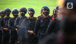 Pasukan Polri mengikuti gelar pasukan dalam rangka pengetatan PPKM Mikro DKI Jakarta di Lapangan Monas, Jakarta, Jumat (18/6/2021). Gelar pasukan diikuti oleh TNI, Polri, dan Satpol PP. (Liputan6.com/Faizal Fanani)