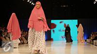 Model membawakan busana muslim rancangan Si.Se.Sa: Syar'i for Urban, Jakarta, Rabu (10/2). Peragaan menampilkan 61 koleksi dalam tujuh rangkaian babak produk terbaru Si.Se.Sa dengan rentang warna pastel yang lebar. (Liputan6.com/Immanuel Antonius)