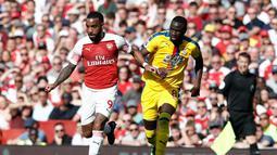 Bomber Arsenal, Aleksandre Lazacatte lepas dari kawalan pemain Crystal Palace pada laga lanjutan Premier League yang berlangsung di Stadion Emirates, Minggu (21/4). Arsenal kalah 2-3 kontra Crystal Palace. (AFP/Adrian Dennis)