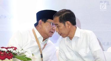 Dua calon presiden Prabowo Subianto (kiri) dan Joko Widodo (kanan) berbincang saat pengambilan nomor urut peserta Pemilu 2019 di Kantor KPU, Jakarta, Jumat (21/9). Prabowo mendapat nomor urut 01, sedangkan Jokowi 02. (Liputan6.com/Faizal Fanani)