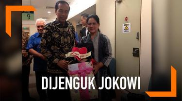 Presiden Jokowi turut menjenguk putri Denada, Shakira Aurum. Ia juga memberi kado spesial dan berjanji akan mengajak Shakira jalan-jalan di Istana Bogor.