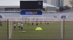 Para pemain Timnas Indonesia U-22 saat latihan di Stadion Rizal Memorial, Manila, Jumat (22/11). Latihan ini persiapan jelang laga SEA Games 2019. (Bola.com/M Iqbal Ichsan)