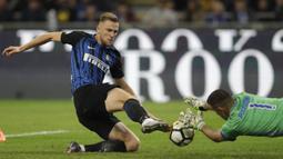 Proses gol yang dicetak oleh bek Inter Milan, Milan Skriniar, ke gawang Sampdoria pada laga Serie A di Stadion Giuseppe Meazza, Selasa (24/10/2017). Inter Milan menang 3-2 atas Sampdoria. (AP/Luca Bruno)