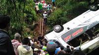 Kecelakaan bus maut di Tawangmangu itu merenggut nyawa mantan kepala sekolah dan penggantinya sekaligus. (Liputan6.com/Dhimas Prasaja)