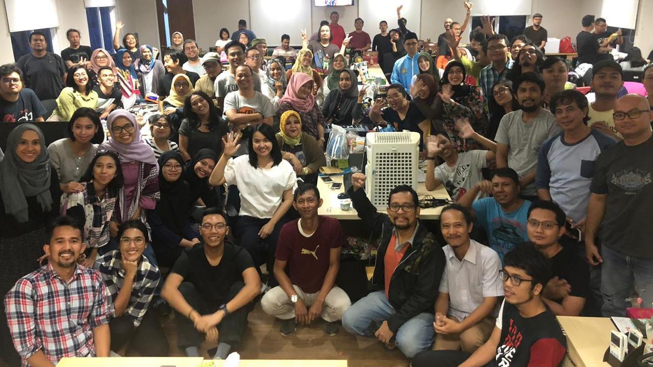 Awak redaksi Liputan6.com berfoto bersama pada acara Buka Puasa Bersama, di Gedung KLY, Gondangdia, Cikini, Jakarta, Rabu(29/5). (Liputan6.com/Feri Pradolo)