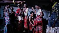 Model menunggu di belakang panggung selama Dakar Fashion Week di ibukota Senegal, (1/7). Menurut data Euromonitor dunia fashion di Sub-Sahara Afrika telah berkembang pesat selama dua dekade terakhir. (AP Photo / Finbarr O'Reilly)