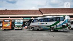 Sejumlah bus terparkir saat menunggu keberangkatan di Terminal Kampung Rambutan, Jakarta, Kamis (12/11/2020). Pemprov DKI Jakarta menganggarkan Rp 170 miliar untuk revitalisasi Terminal Kampung Rambutan yang telah diajukan pada Desember 2019. (merdeka.com/Iqbal Septian Nugroho)